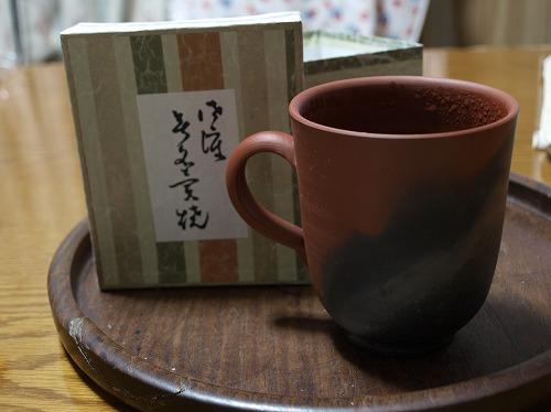 佐渡の無名異焼のマグカップとコーヒー